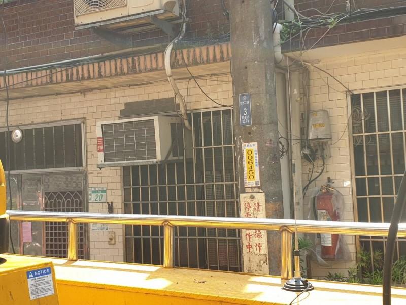 台電今天派員到新北市板橋懷仁街維修電線桿,發生意外。(記者吳仁捷翻攝)