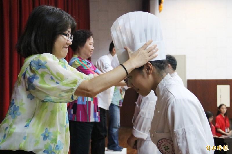 弘光科大學食科系學生畢業前夕舉辦加冠典禮。(記者歐素美攝)
