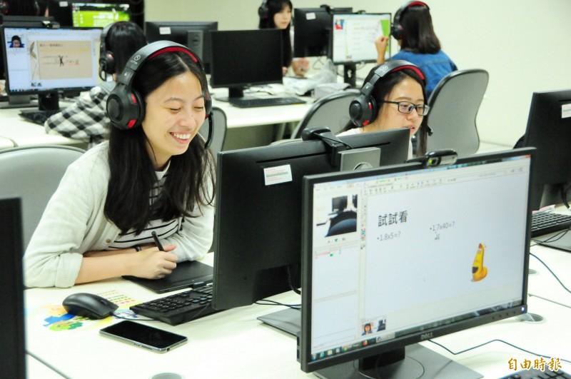 靜宜大學配合教育部推動「數位學伴計畫」,大學生透過網路一對一為偏鄉小學童課後輔導。(記者歐素美攝)