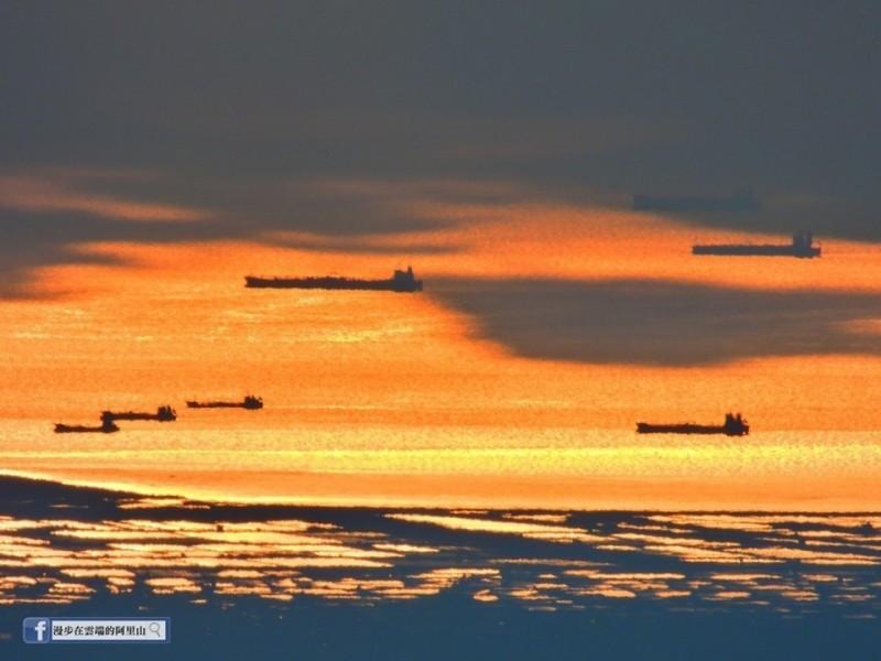 從阿里山遠眺台灣海峽的「無敵艦隊」。(黃源明攝影、提供)