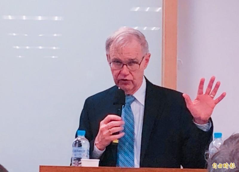 美國在台協會(AIT)前理事主席卜睿哲(Richard Bush)今天表示,美國尋求和台灣發展更堅實的夥伴關係,美國政府之中有非常支持台灣的人,但也有不支持的人;他提醒,台灣有人認為美國會百分之百支持台灣、如同無條件的空頭支票,「他們需要再想想」。(記者呂伊萱攝)