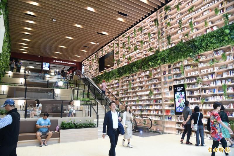 全台首創森林圖書館風商場,高雄悅誠廣場今起試營運。(記者張忠義攝)