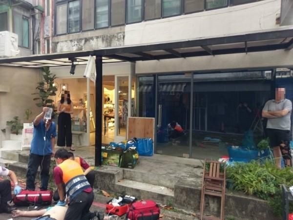 台北市東區有工人從A字梯摔落,警消到場救護。(民眾提供)