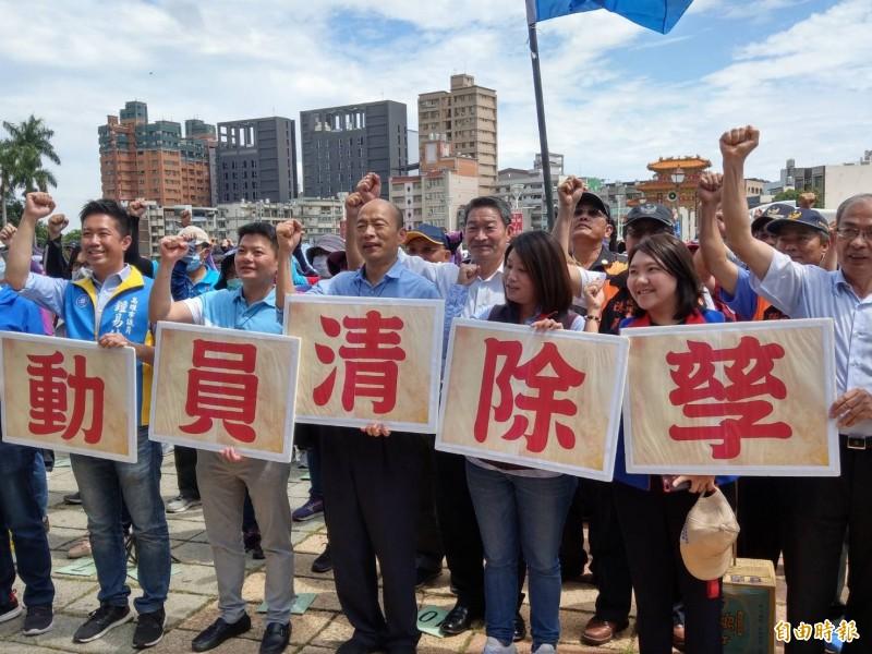 韓國瑜(左3)今到登革熱疫情最嚴重的三民區鼎金里視察防疫。(記者方志賢攝)