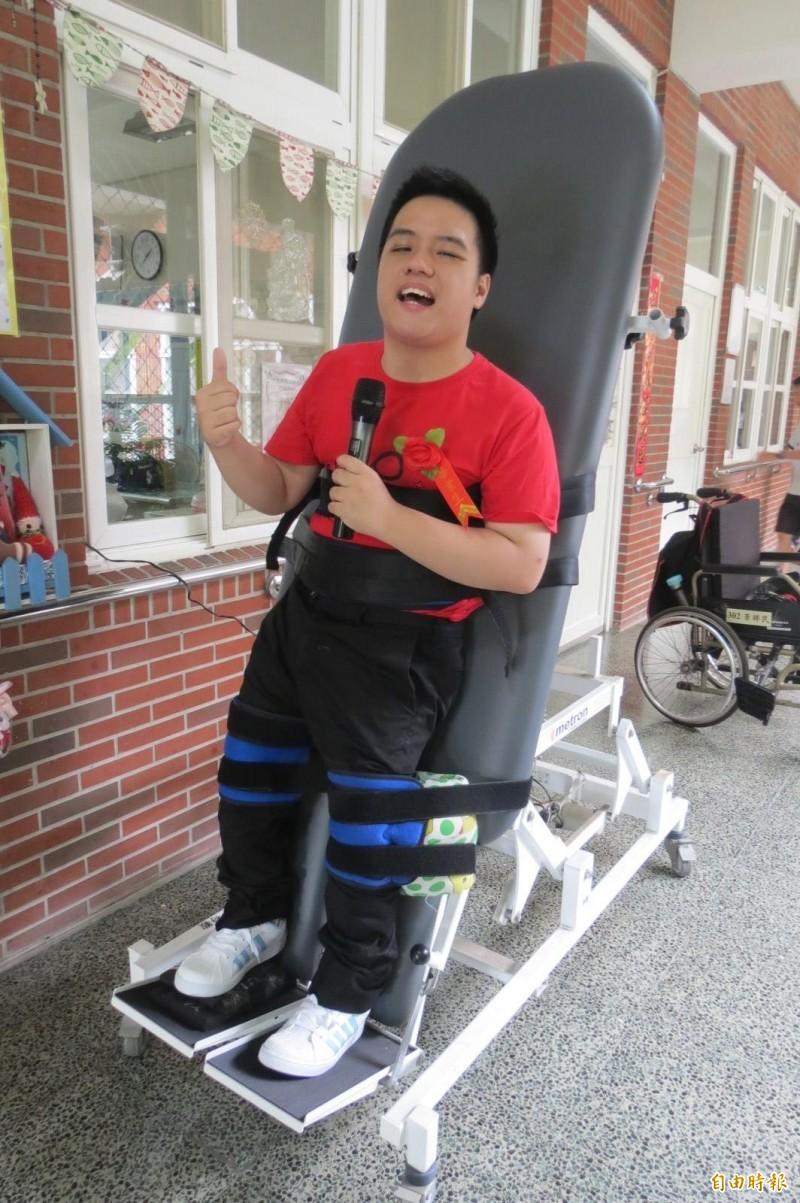 站立架上的歌王!多重障礙的李祥民綁在站立架復健邊練唱歌,唱到街頭藝人證照。(記者蘇孟娟攝)