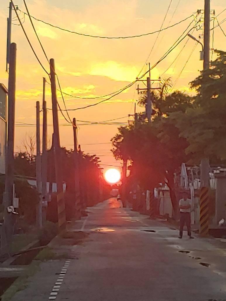 田尾鄉柳鳳路150巷4日下午6點45分出現懸日美景。(李昇展提供)