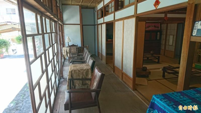 毛昭川日式木造故居內的坐敷起居室和外面通廊。(記者楊金城攝)