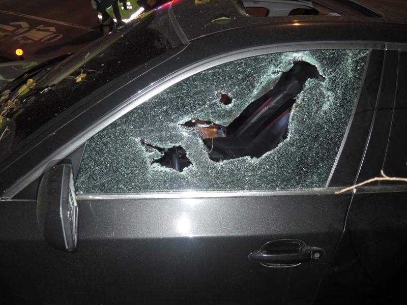 駕駛座旁車窗破裂,還留下彈孔痕跡。(翻攝資料照)