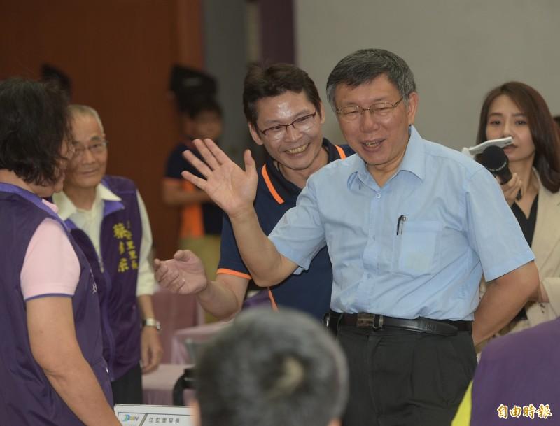 台北市長柯文哲5日赴大安區公所,出席市長與里長市政座談會,一一和與會里長致意。(記者張嘉明攝)