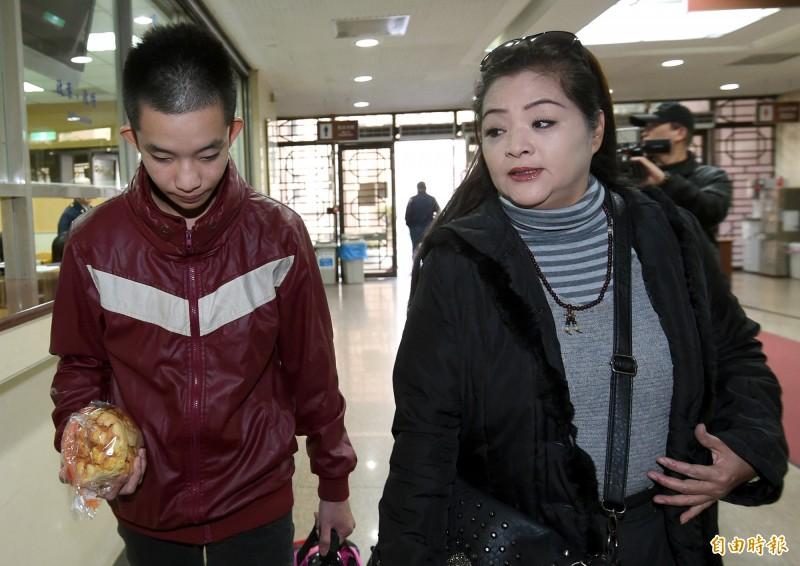 藝人易淑寬(右)陪與子易寶宏(左)出庭。(資料照)