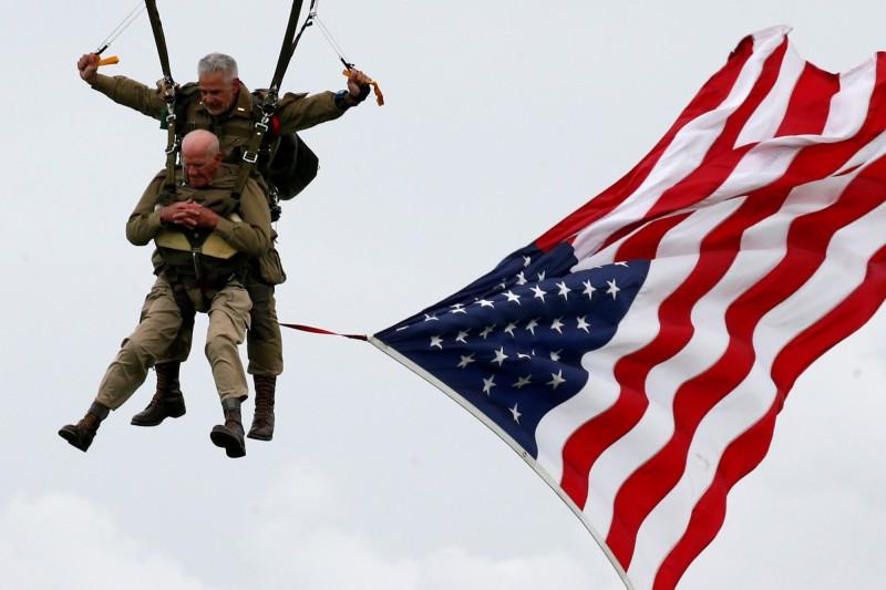 萊斯與另一名跳傘者綁在一起進行雙人跳傘。(路透)