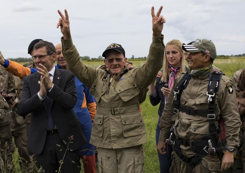 1944年盟軍諾曼第登陸當天跳傘進入法國的美國軍人萊斯(中),今天以高齡97歲再跳一次傘重返當年的戰場。(歐新社)