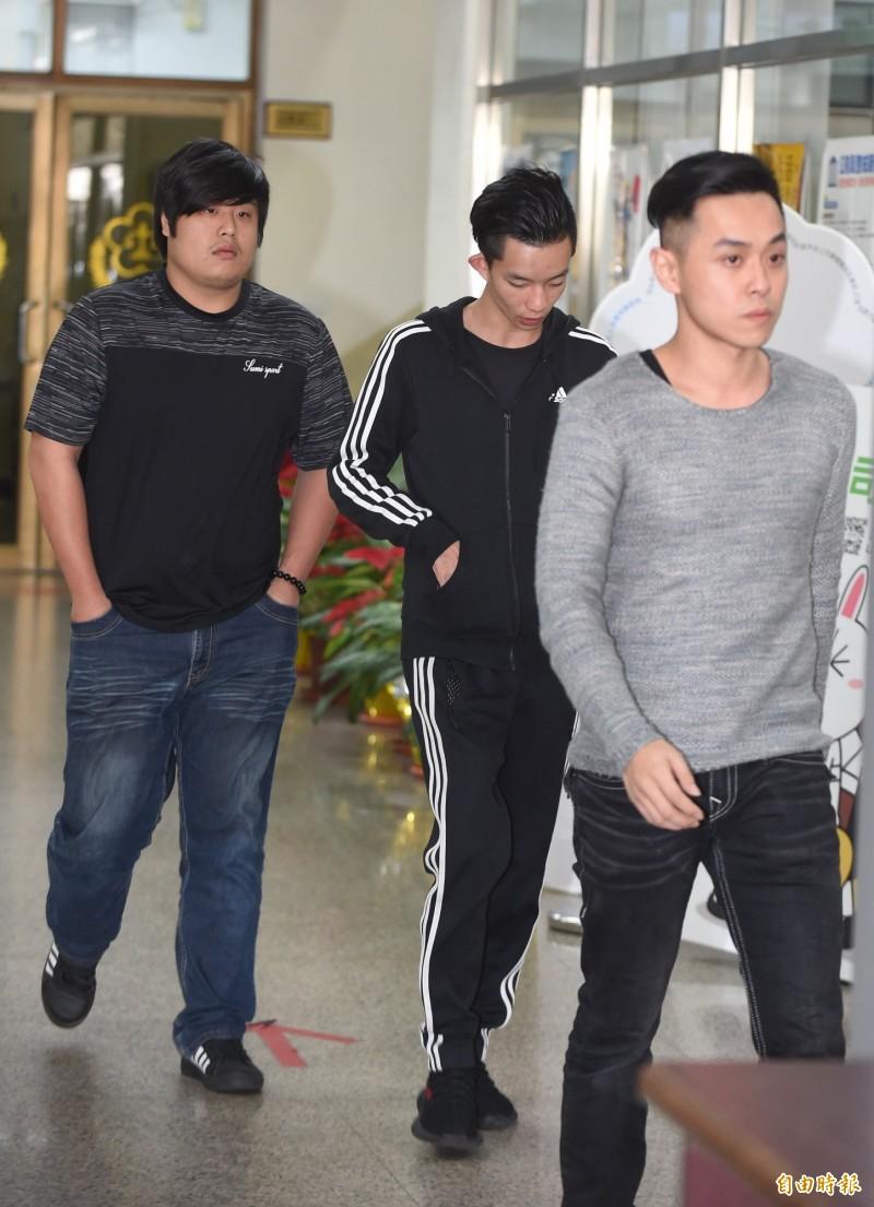 台北東區殺警案被告易寶宏(中)、許淳凱(右)出庭。(資料照)