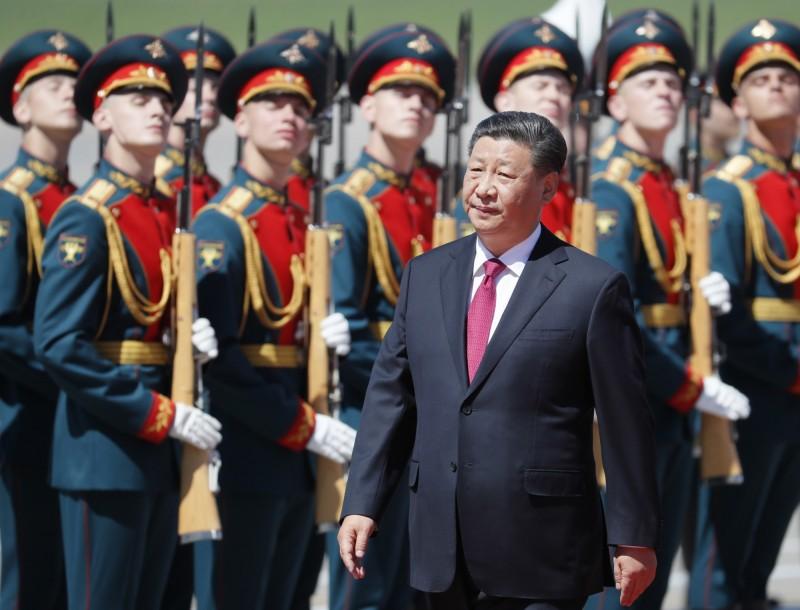 中國國家主席習近平今日抵達俄羅斯首都莫斯科,展開為期3天的國是訪問,兩國皆對對方釋出善意,並強化雙方政經合作,被視為有意共同對抗美國。圖為習近平抵達伏努科沃機場後受到盛大歡迎。(歐新社)