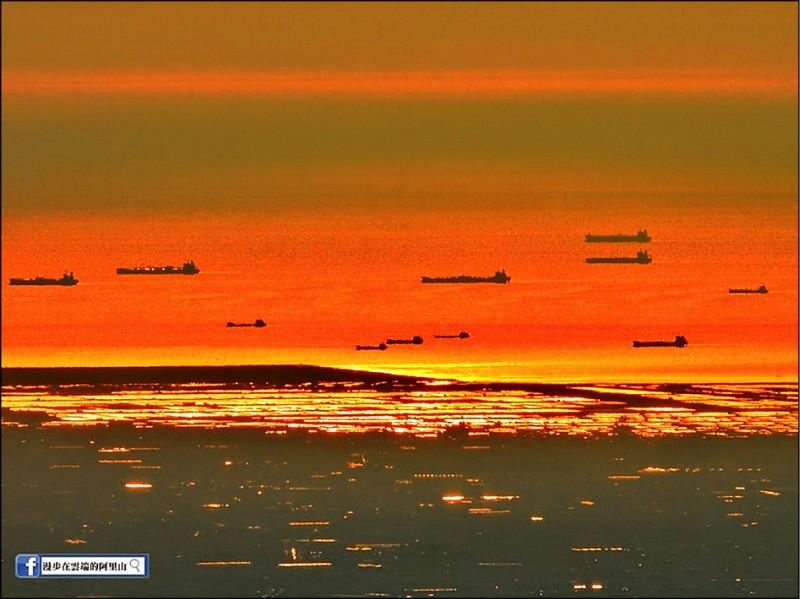 從阿里山遠眺台灣海峽,可以看到高雄港外的「無敵艦隊」景象。(黃源明提供)
