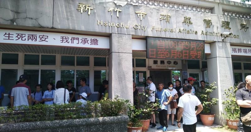 新竹市監理站與新竹市警察局和殯葬管理所共同舉辦酒駕再犯者的「震撼體驗」課程,要酒駕再犯者到殯儀館體驗及了解往生者的所有流程。(新竹市監理站提供)