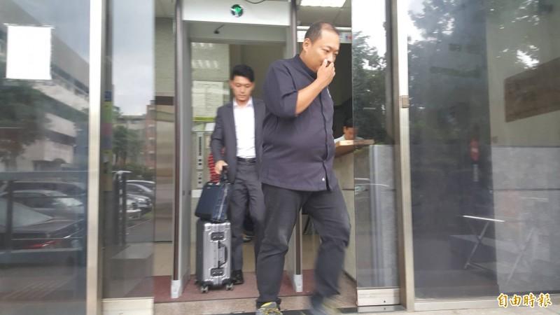 郭宗坤在律師陪同下離開法院。(記者溫于德攝)