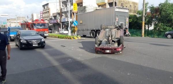 嘉義縣太保市今天下午5點多發生翻車事故。(嘉義縣消防局提供)