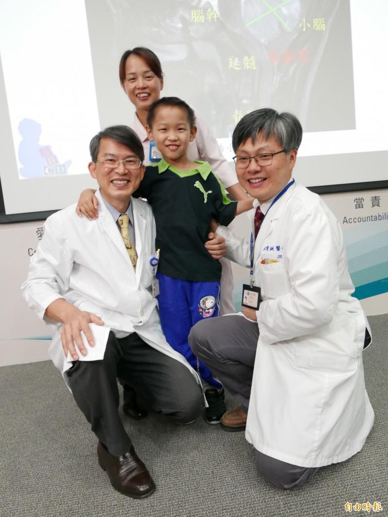 浩浩罹患腦癌接受神經內外的醫護治療,培養出好感情,他感謝醫療團隊。(記者蔡淑媛攝)