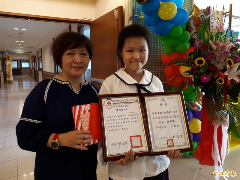 新竹市光復中學國中部學生陳思妤國一得血癌,3年來幾乎在病榻上與與癌症奮戰,也因為有媽媽楊嘉雯(左)的支持和陪伴,讓她能勇敢面對病魔,也找到支撐的力量。(記者洪美秀攝)