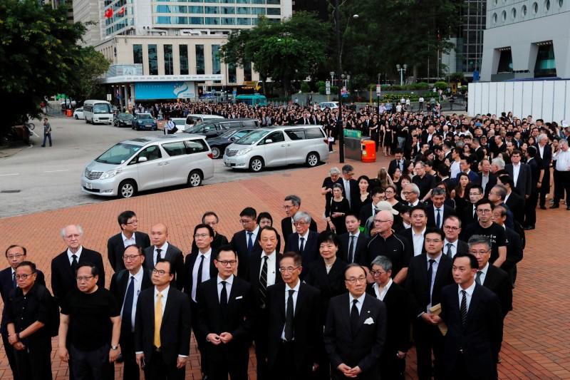 香港法界今(6)日發起反《逃犯條例》黑衣遊行,估計共逾2500名參與者上街,是香港移交政權後5次黑衣遊行以來最盛大的一次。(路透)