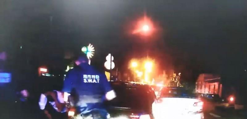 林姓男子因闖紅燈遭警攔查,孰料其竟加速逃逸,今凌晨在台南街頭跑給警察追,最後仍被員警逮獲,原來其酒測值達0.4,疑因酒駕上路心虛而逃逸。(記者萬于甄翻攝)