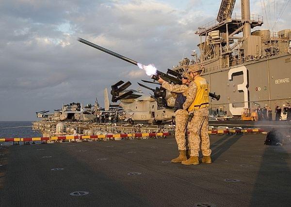 有軍方官員透露,250枚刺針飛彈預計將是首批抵台武器,年底前可望抵台。圖為美軍官兵在軍艦甲板上進行肩射式刺針飛彈射擊訓練情形。(圖:取自美國海軍官網)