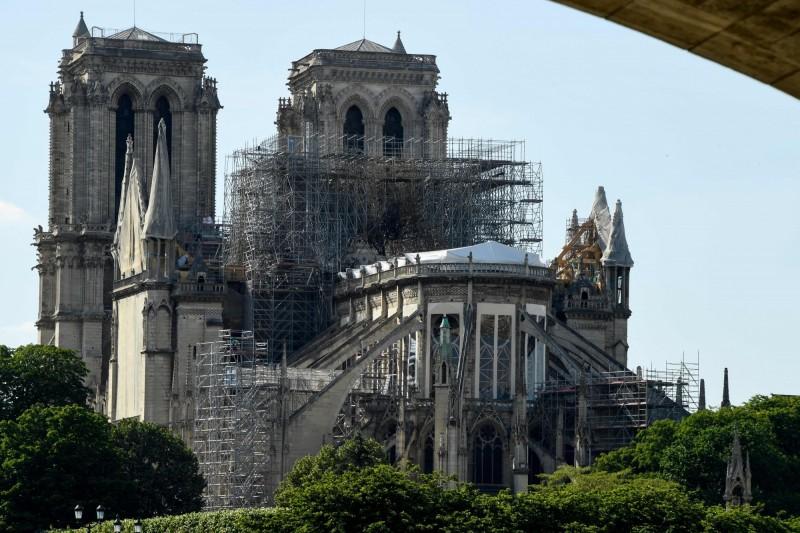 法國巴黎聖母院4月中旬遭逢祝融之災,建築物毀損嚴重外,周圍粉塵的鉛含量也高。(法新社)