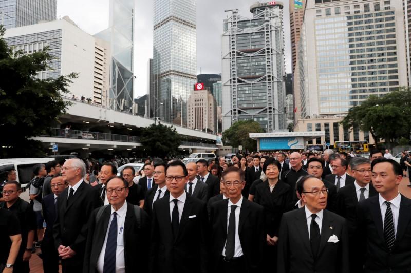 發起遊行的法律界議員郭榮鏗帶隊,律師界人士全身黑衣,沿途不喊口號,採沉默方式進行。(路透)