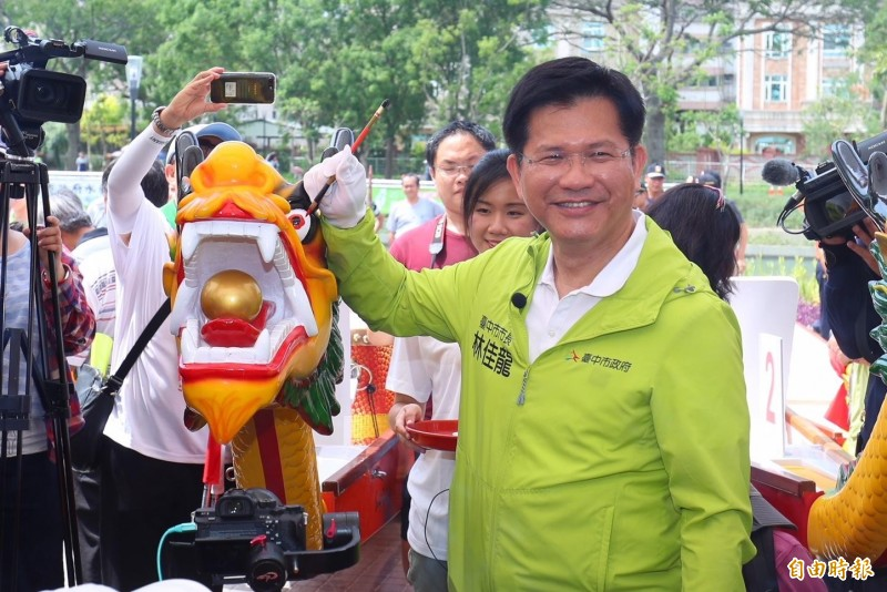 前台中市長林佳龍去年參加台中龍舟賽活動,為龍舟點睛。(資料照,記者張軒哲攝)