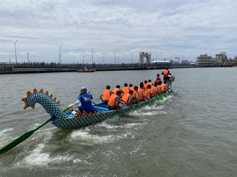 新竹市「端午龍舟競賽」20強決戰南寮,競爭激烈。(記者蔡彰盛翻攝)
