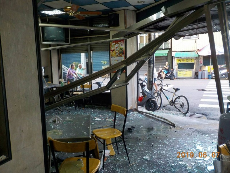 24歲薛姓男子今日凌晨駕車疑似閃避腳踏車,直接衝入路口早餐店內。(記者王涵平翻攝)