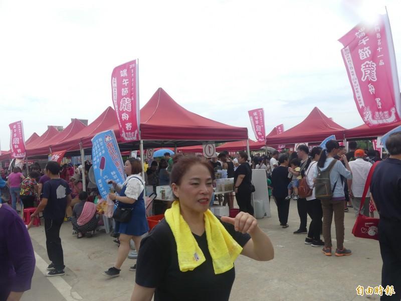 金門端午龍舟競賽,周邊也有園遊會,準備許多道地的小吃供參加者品嚐。(記者吳正庭攝)
