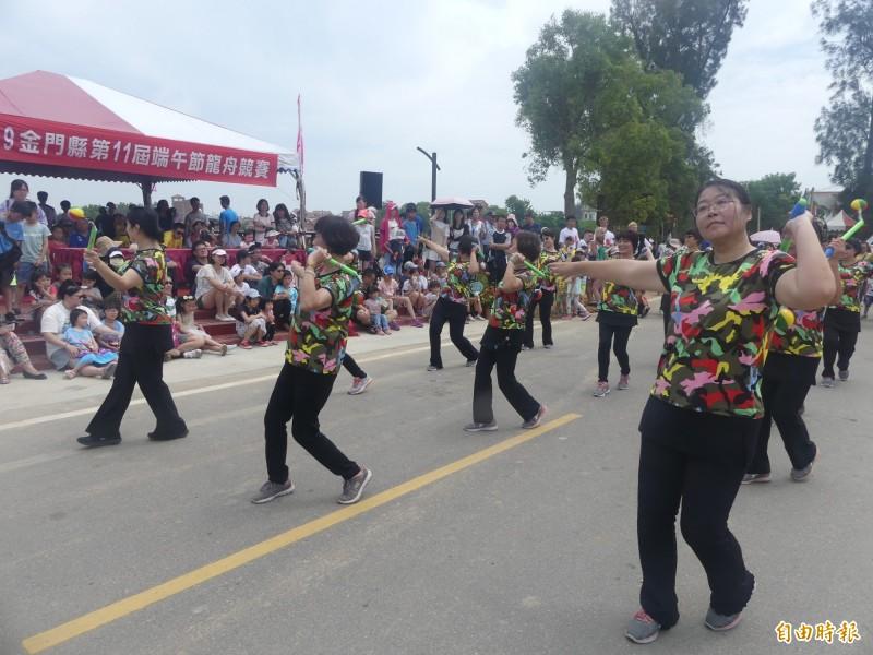 社區及社團的表演,讓金門龍舟賽增添不少輕鬆氣氛。(記者吳正庭攝)