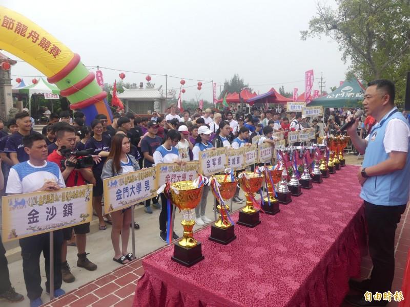 金門縣長楊鎮浯(右一)主持端午節龍舟競賽,有來自地區及台灣共二十九支隊伍參加。(記者吳正庭攝)