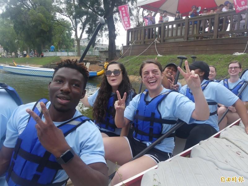 不少外籍朋友也興高采烈組隊參加金門龍舟賽。(記者吳正庭攝)