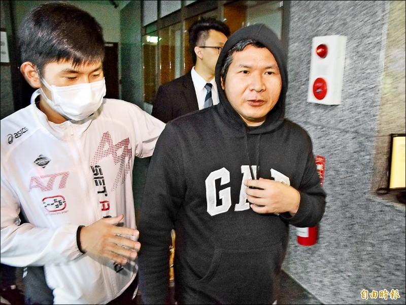普悠瑪司機尤振仲(右),被檢方依過失致死罪起訴。(記者張議晨攝)