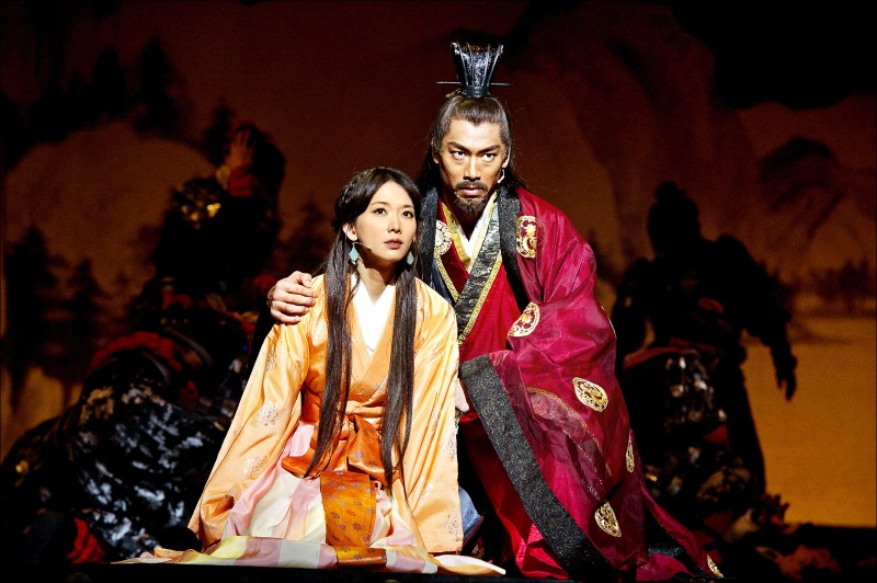 林志玲與AKIRA曾在東京合演舞台劇「赤壁~愛~」。(凱渥提供)