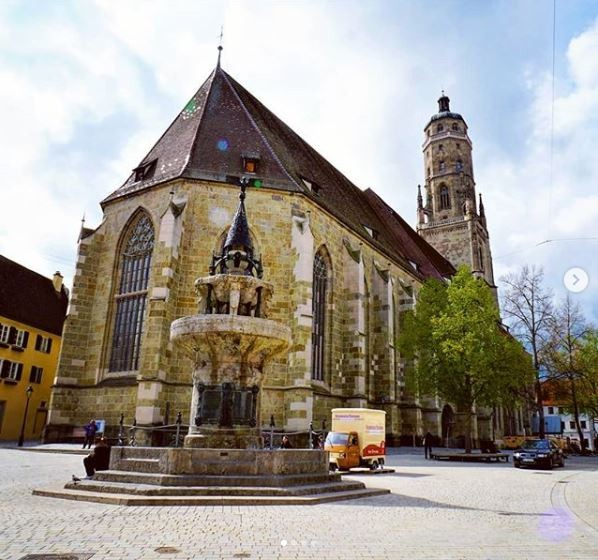 聖喬治教堂就是用了含有約5000克拉鑽石的衝擊石英角礫岩建造而成。(圖擷取自IG @urail_4k_channel)