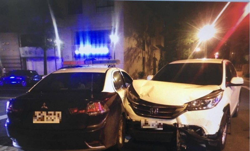 桃園市昨天晚上發生一起自小客車擦撞警車事故,釀成一名員警臉部撕裂傷。(記者魏瑾筠翻攝)