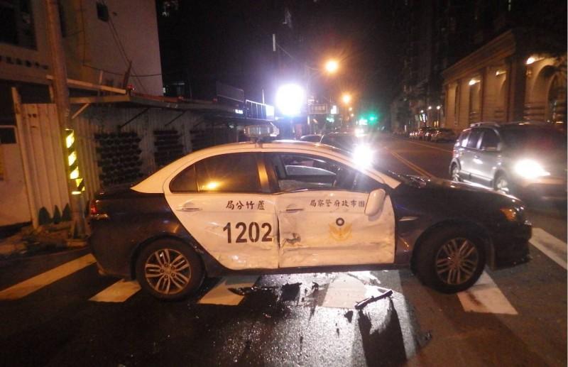 警車右側毀損。(記者魏瑾筠翻攝)