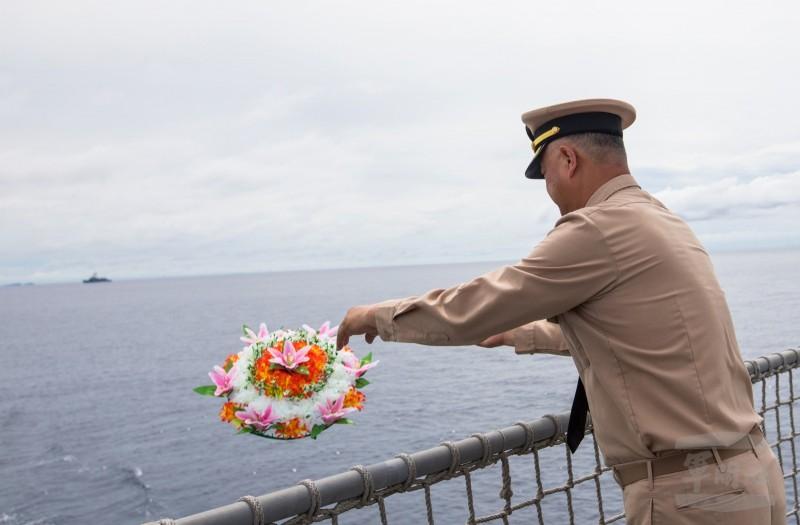 敦睦支隊長王少將獻花於鐵底海峽,向二戰期間英勇軍魂致敬。(擷自軍聞社)