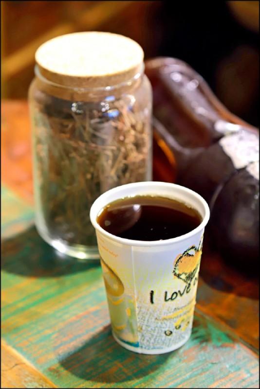 青草茶/1杯20元(記者陳宇睿/攝影)