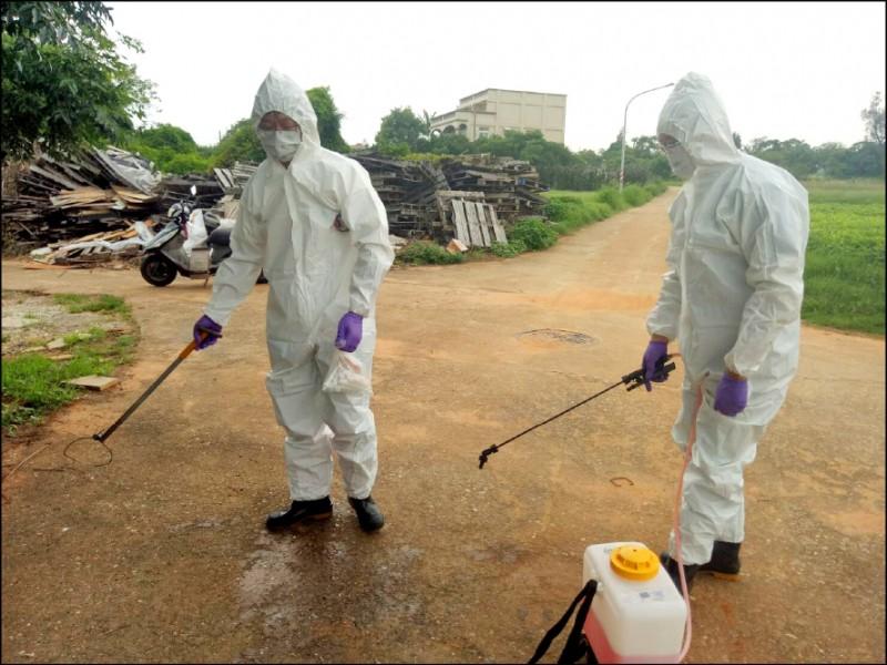 金門縣防疫人員針對現場、人員、車輛及器械進行消毒。(圖由金門縣政府提供)