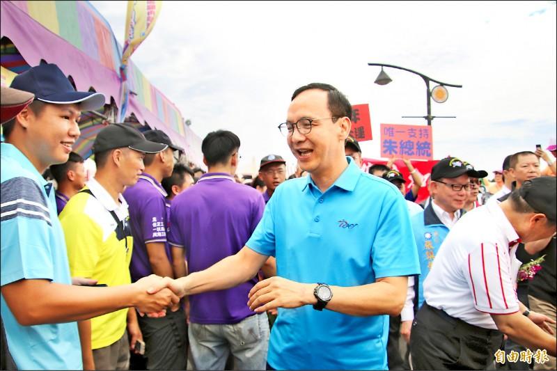 角逐國民黨總統初選的前新北市長朱立倫昨天參拜新竹縣池和宮,受到許多熱情鄉親支持,「朱總統」、「加油」之聲此起彼落。(記者黃美珠攝)