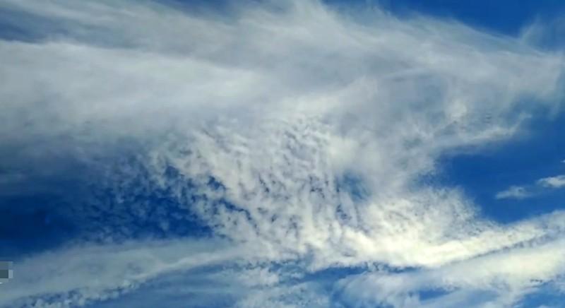 端午接氣球最強的一日社大老師傅子誠拍到「魚龍落穴」雲彩,這是魚龍的頭。(圖擷自傅子誠影片)