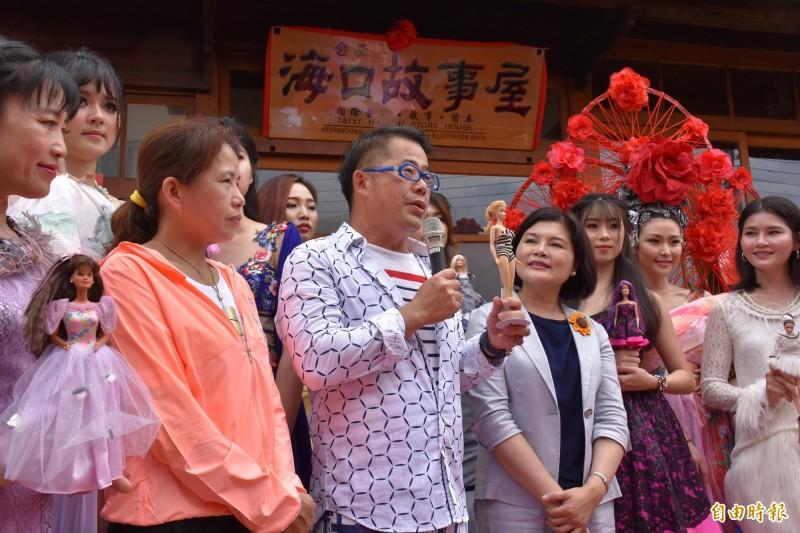 林國基(左三)手上芭比娃娃價值逾125萬。(記者林國賢攝)
