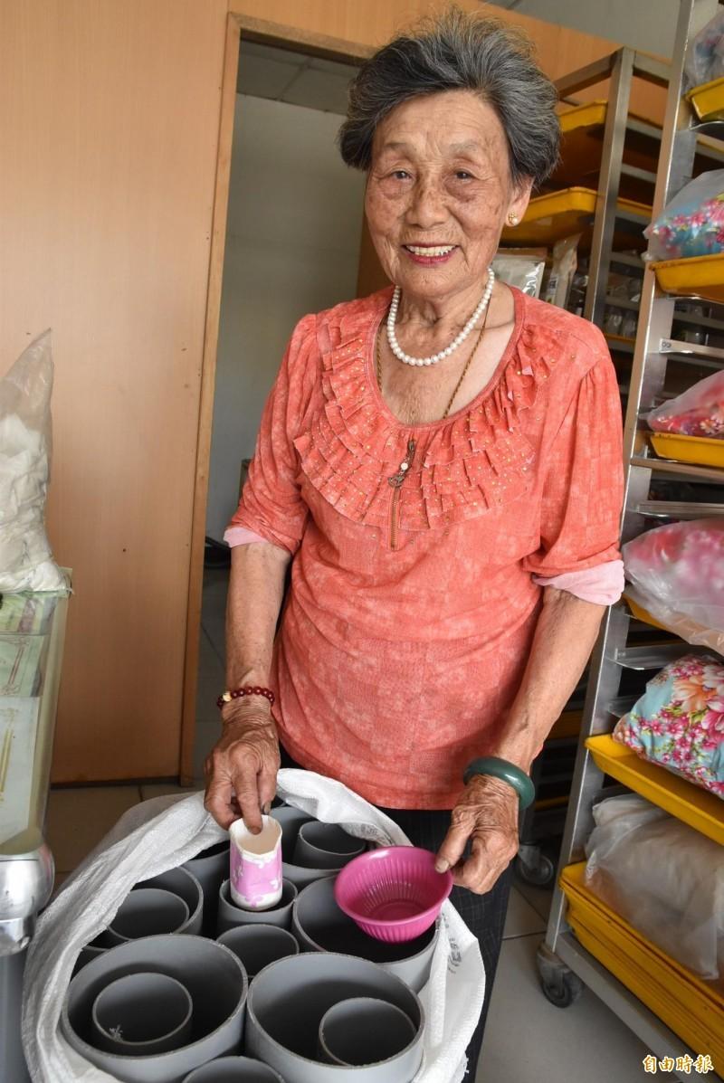 81歲阿嬤周李月鶴自製免洗餐具回收集中器分送廟宇使用,讓回收更方便。(記者黃淑莉攝)