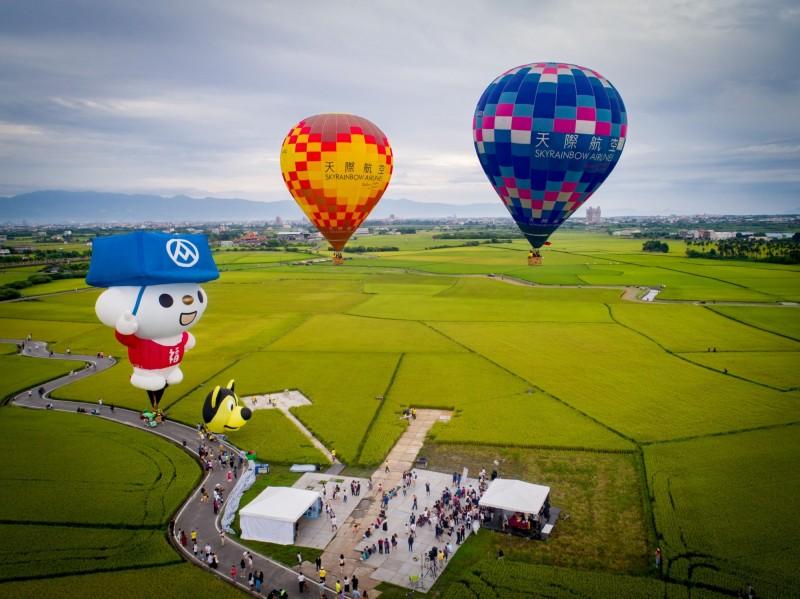 宜蘭版伯朗大道熱氣球升空,蘭陽平原美得讓人驚艷。(圖由冬山鄉公所提供)