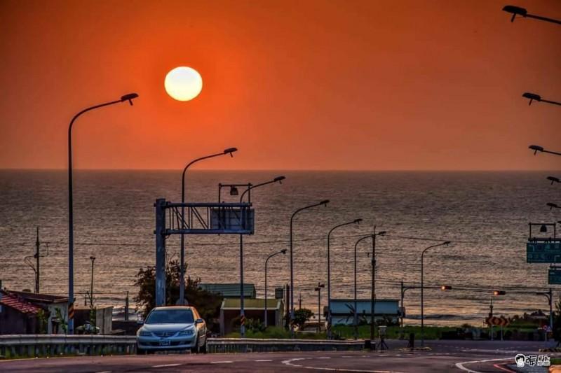 西濱新埔聯絡道是拍攝落日美景的熱點,但有不少人違規停車,警方已透過科技執法取締57件。(民眾提供)